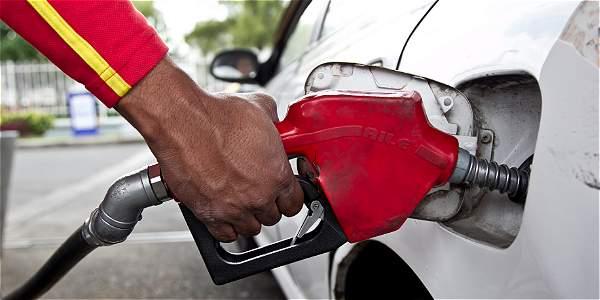 La caída de los precios internacionales del crudo sigue impulsando la reducción de los precios de combustibles localmente.
