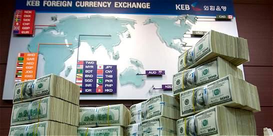 El petróleo y EE. UU. le hacen perder el impulso al dólar