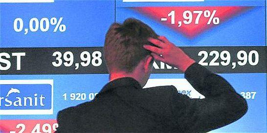 Dólar inicia la semana con leve alza y el petróleo a la baja