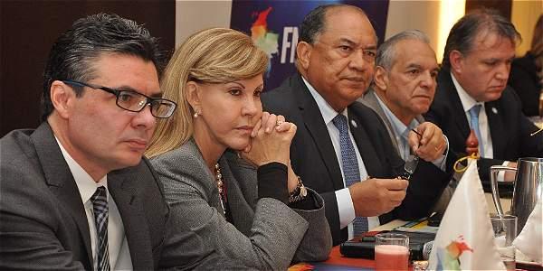 Encuentro entre los gobernadores del país y el Minsalud, Alejandro Gaviria (izq.), para buscar alternativas financieras.