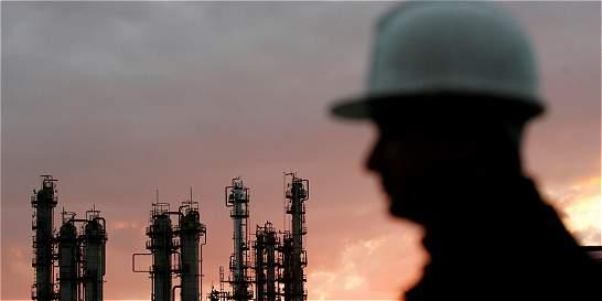 En dos meses el petróleo pierde US$ 10 y el dólar se encarece $ 160