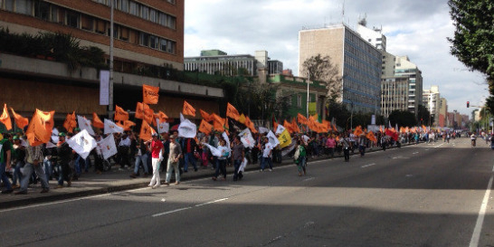 Marcha de campesinos tiene bloqueada parte de la carrera 7a