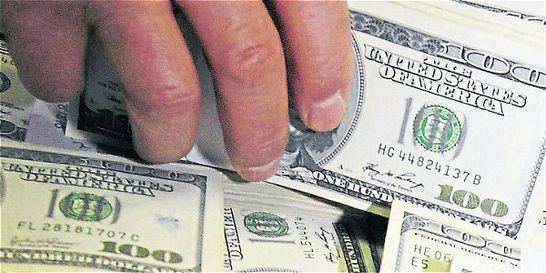Dólar recupera 15 pesos de la mano del Gobierno