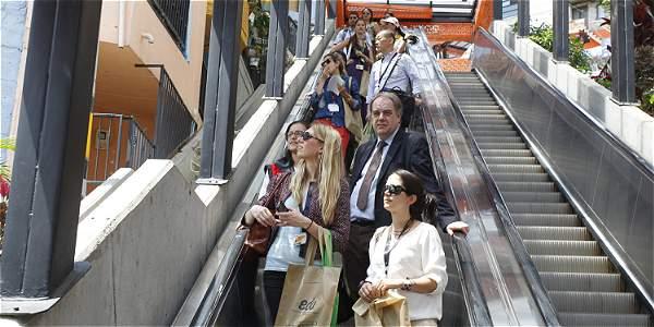 EE. UU. es el principal punto de origen de los visitantes y el destino más frecuente de los colombianos. Imagen de turistas en las escaleras eléctricas de la comuna 13 de Medellín.