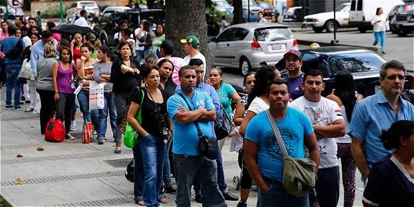Cola en una venta de pañales para bebé en Venezuela.