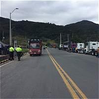 Anuncian militarización de algunas vías para enfrentar paro camionero