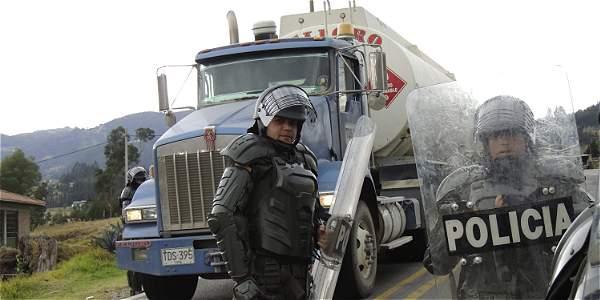 Camioneros reunidos en el sector Santa Helena de Sogamoso, sobre la vía del Cusiana.