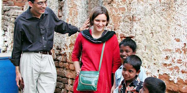 La economista Esther Duflo, junto a Abhijit Vinayak Banerjee -cofundador del Laboratorio de Acción contra la Pobreza-, acompañados de unos niños en India, durante un trabajo de campo hecho en el 2007.