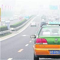 Ante acecho de Uber, chinos evitan los taxis 'malolientes'