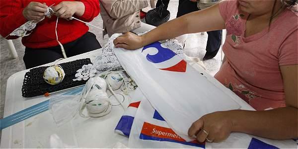 La legislación permite que los comerciantes cobren 10 centavos a los clientes que deseen utilizar una bolsa de plástico o de papel, con la salvedad de que esta pueda usarse varias veces.
