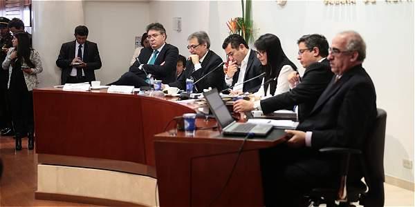 La comisión de expertos tributarios durante el debate de control político sobre sus recomendaciones para la reforma.
