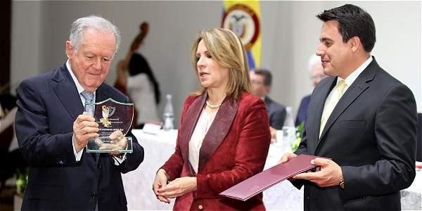 El reconocimiento que recibió Sarmiento es la 'máxima condecoración' que otorga la Sociedad Colombiana de Ingenieros.
