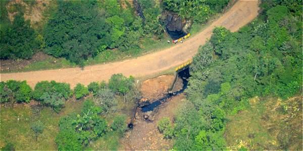Petróleo derramado en una fuente de agua, tras uno de los atentados.