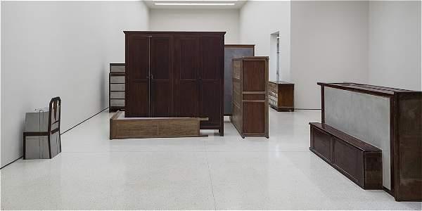Obras de doris salcedo se exponen en el museo guggenheim for Muebles salcedo