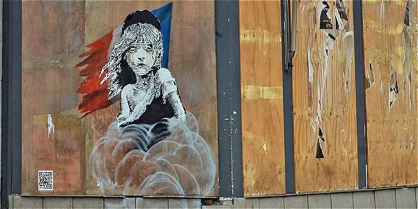 Esta es la imagen en que Banksy crítica al gobierno Francés por sus acciones contra los refugiados.