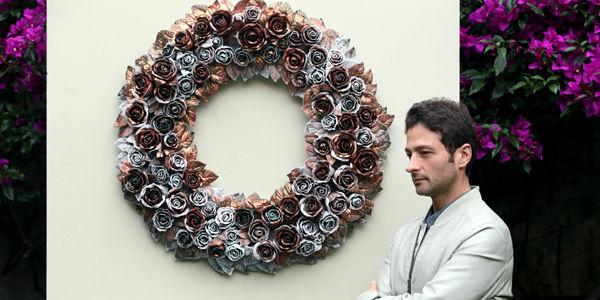La rosa, en este caso en forma de corona, es un elemento presente en varios de los trabajos de Juan Carlos Delgado.