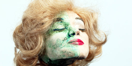 Maquiamelo muestra la belleza y la muerte en cabezas reducidas