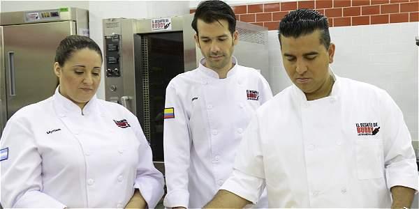 Dos concursantes, Myriam Mollo, de Argentina, y Jaime Aguirre, de Colombia, junto al mediático pastelero Buddy Valastro, conocido por el programa 'Cake Boss'.