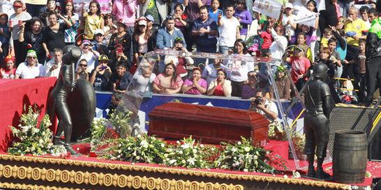 Miles de fanáticos le dieron el último adiós a Chespirito