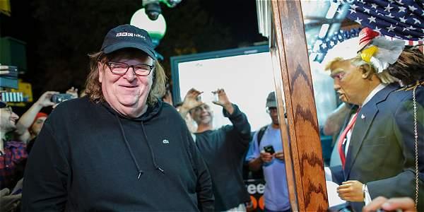 Michael Moore cuenta en su producción la historia de cómo un teatro de Ohio le impidió presentar su show sobre la campaña electoral.