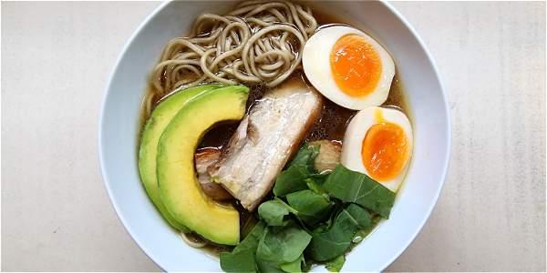 En Amen Ramen se puede comer preparado con caldo de pollo, de cerdo o de vegetales.