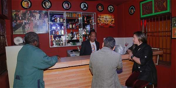 Roberto Cossio, atendiendo la barra. Además es el contador, administrador y DJ de su bar.