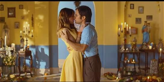 El beso de amor de Gael García en video de Calle 13 y Silvio Rodríguez