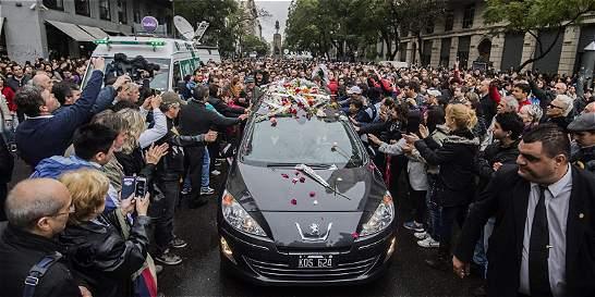 Entre pétalos, aplausos y rock, una multitud despidió a Gustavo Cerati