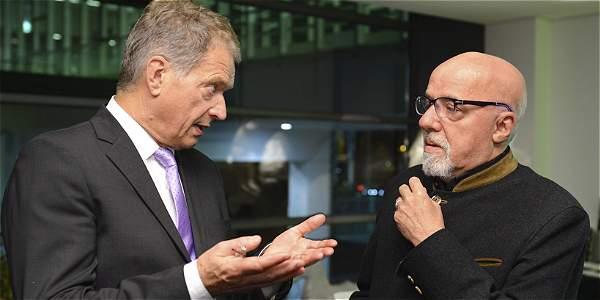 El presidente finlandés, Sauli Niinisto (i), habla con el escritor brasileño Paulo Coelho antes de la ceremonia de inauguración de la Feria del Libro de Fráncfort (Alemania).