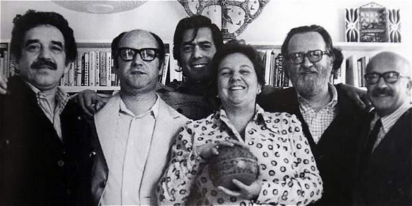 Gabriel García Márquez, Jorge Edwards, Mario Vargas Llosa, José Donoso y Ricardo Muñoz Suay rodean a la 'superagente' Carmen Balcells, en 1974.