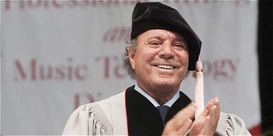 El cantante español Julio Iglesias, doctor