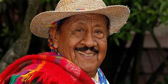 A sus 84 años, el Indio Rómulo sigue con la ruana puesta