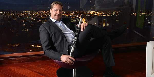 Rodríguez dejó su saxo tenor Selmer Paris Max 7, con el que hizo dúo con el expresidente Clinton. Pudo volver a tocar gracias a este Yamaha electrónico.