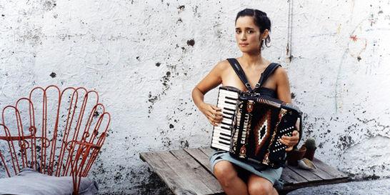 Julieta Venegas llega a Bogotá con su gira 'Algo sucede'