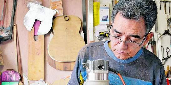 El carpintero que es uno de los lutieres más prestigiosos del país