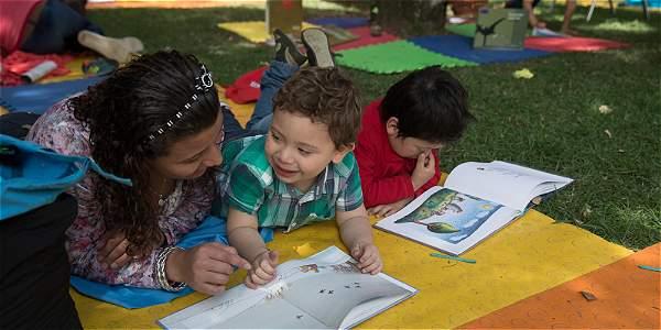 Los expertos anotan que los padres juegan un papel central para que los hijos se encariñen con la lectura.