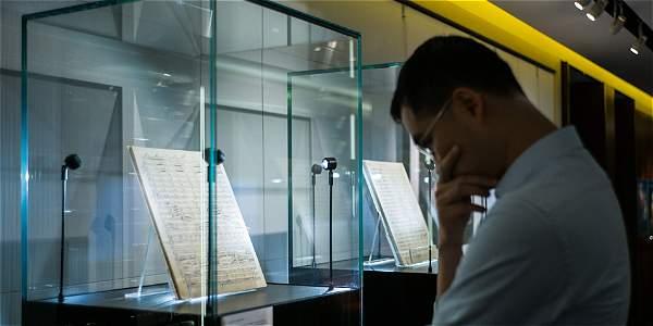 Foto del 17 de agosto de 2016. Anthony Cheng, fundador de la Sociedad Mahler de Hong Kong, mira la partitura de la Sinfonía de Gustav Mahler, la 'Resurrección', en Sotheby's en Hong Kong.