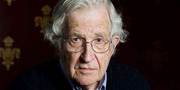 Chomsky considera que Estados Unidos, con sus políticas militaristas y su afán por mantener un imperio de escala mundial, está arriesgándose a una catástrofe.