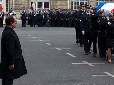 Hollande rinde homenaje a los tres policías asesinados en atentado