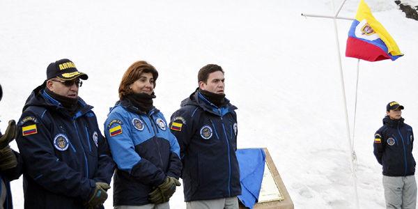 Holguín llegó a la Artántida junto al ministro de la Defensa, Juan Carlos Pinzón, la ministra consejera de Presidencia, María L. Gutiérrez, y el comandante de la Armada, Almirante Hernando Wills.