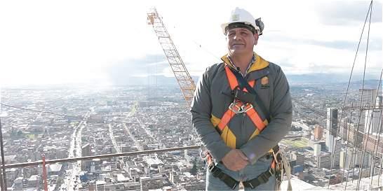 El obrero que construye el edificio más alto del país