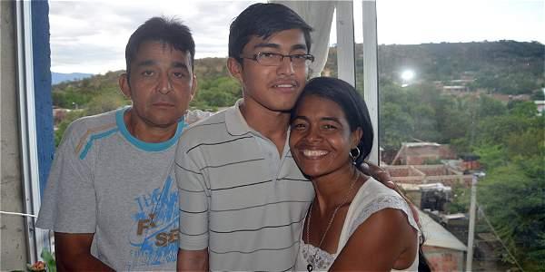 Alfonso y Tania, orgullosos de su hijo Abdías, el futuro médico.