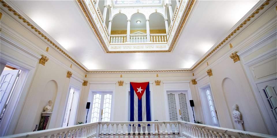 Bandera cubana en nueva embajada