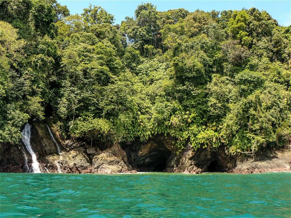 En el camino a Utría es posible contemplar cascadas que brotan de la selva y caen a un mar verde esmeralda.