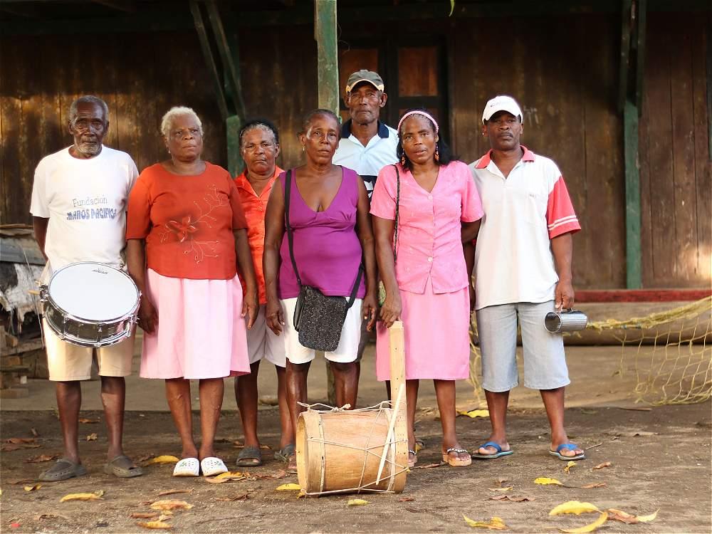 El grupo de cantaoras Las Tejada en el corregimiento del Valle (Bahía Solano), a 15 minutos de Utría, con sus acompañantes. Arte para preservar las tradiciones.