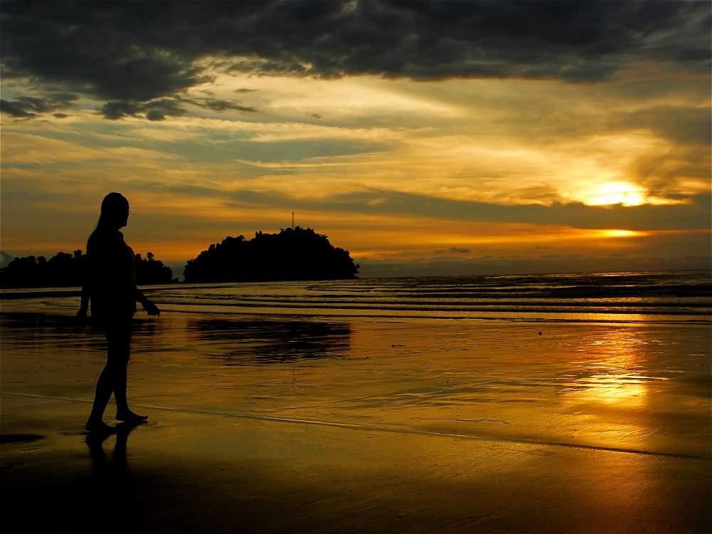 Estando en Utría hay que visitar las playas de Guachalito y contemplar el mar que se pinta de dorado al atardecer.