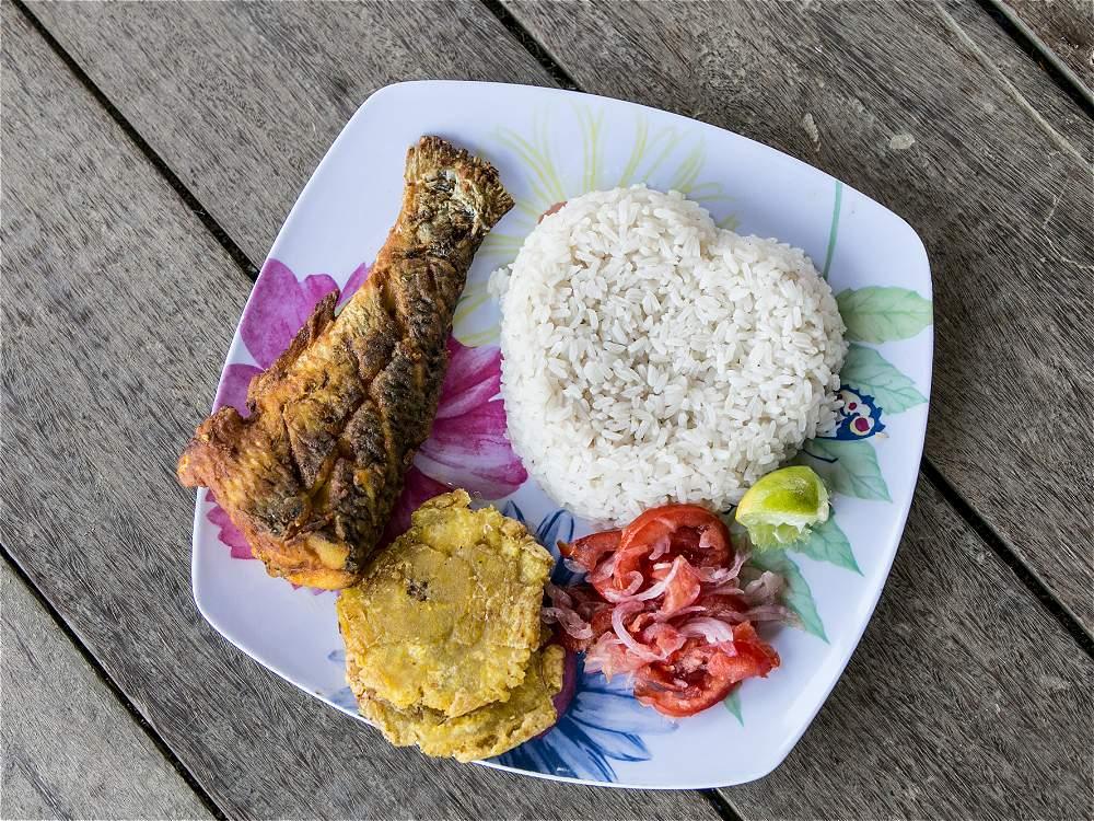 Con anchoa, arroz con coco y patacón se consiente al turista en el Golfo de Urabá.