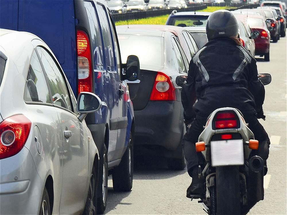 Transitar entre vehículos: ciclistas y motociclistas ocasionaron 71.841 accidentes por transitar entre filas de otros vehículos.