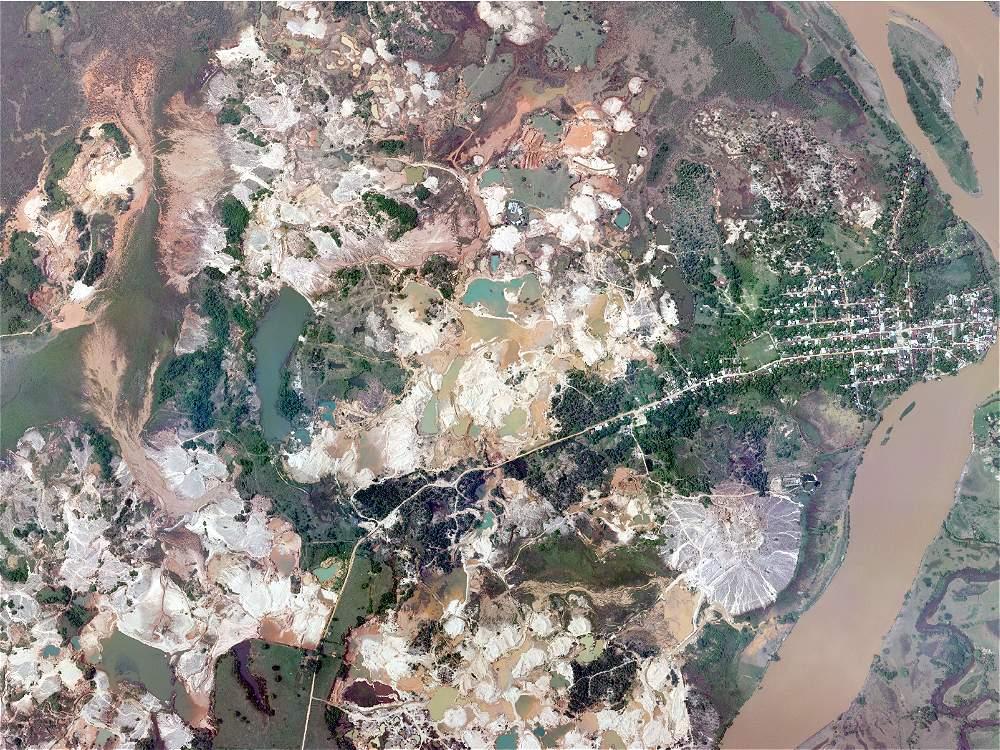 Desierto de arenas muertas y lagunas de mercurio más grande que Caucasia, municipio considerado la capital del Bajo Cauca antioqueño a orillas del río Nechí. Región del Parque Natural Paramillo.