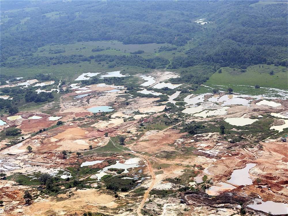 La espesa vegetación del departamento de Córdoba cada día va perdiendo terreno frente a las lagunas artificiales de la minería ilegal. Van cerca de 200 mil hectáreas afectadas en todo el país.
